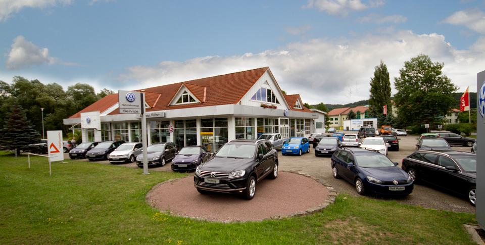 Außenansicht VW Autohaus Häfner Schleusingen mit VW Gebrauchtwagen auf dem Außengelände