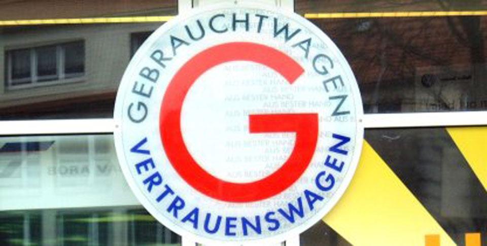 Aufkleber Gebrauchtwagen Vertrauenswagen an der Glasfassade vom VW Autohaus Häfner Schleusingen