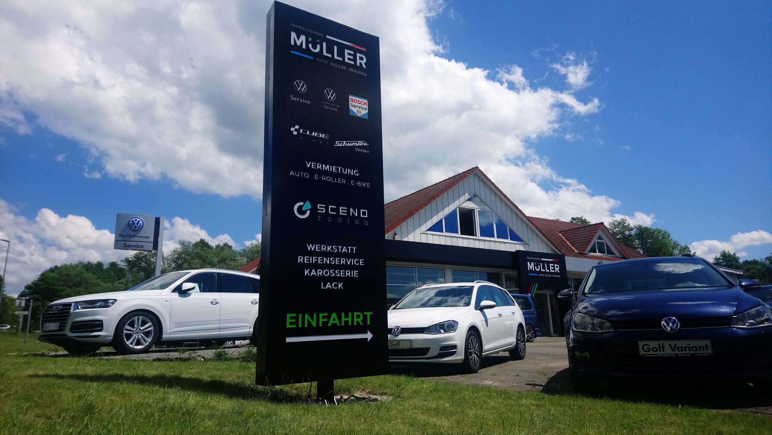 Außenansicht Fahrzeughaus Müller mit Fahrzeugen und Gebäudeansicht